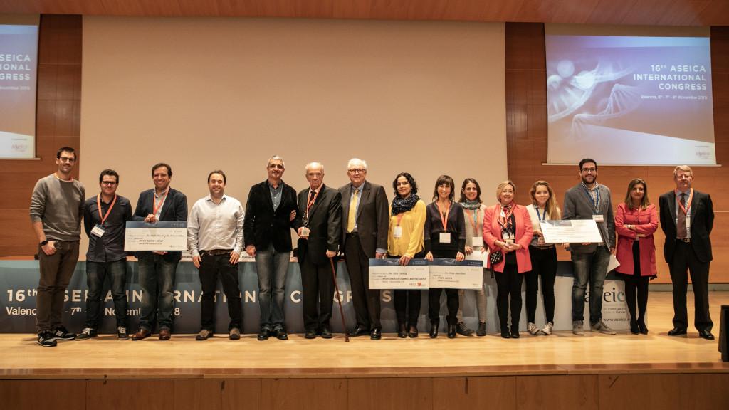 Los galardonados posan con la Junta Directiva de ASEICA