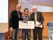 El ganador del Concurso Abstract (Comunicación oral) junto al Dr. Camps y el Dr. Bustelo